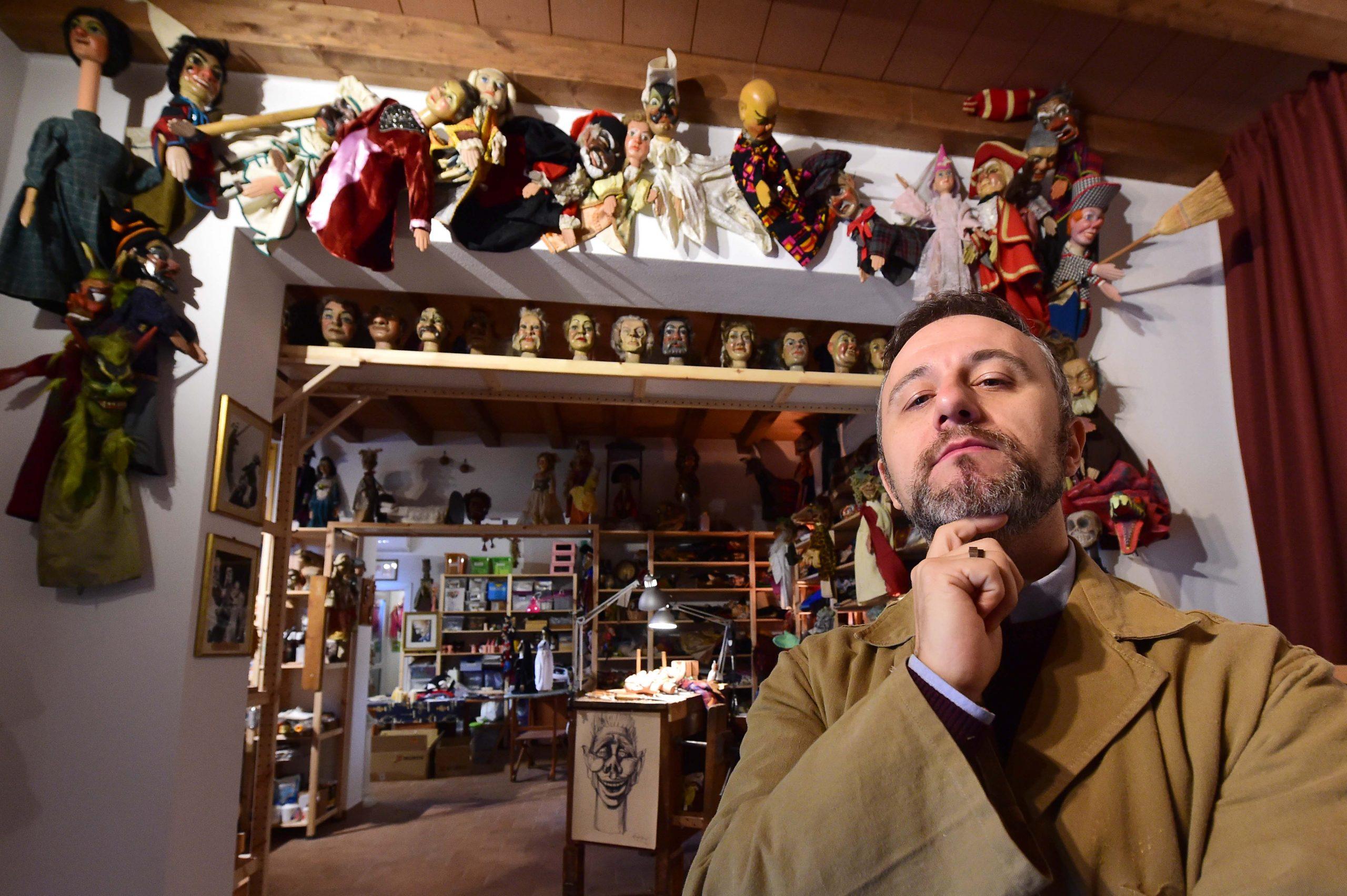 Riccardo Pazzaglia nel suo laboratorio di burattini - foto di Roberto Serra
